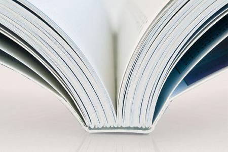 Catalogue avec reliure dos carré collé