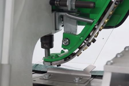 Pose automatique oeillets métal sur banderole